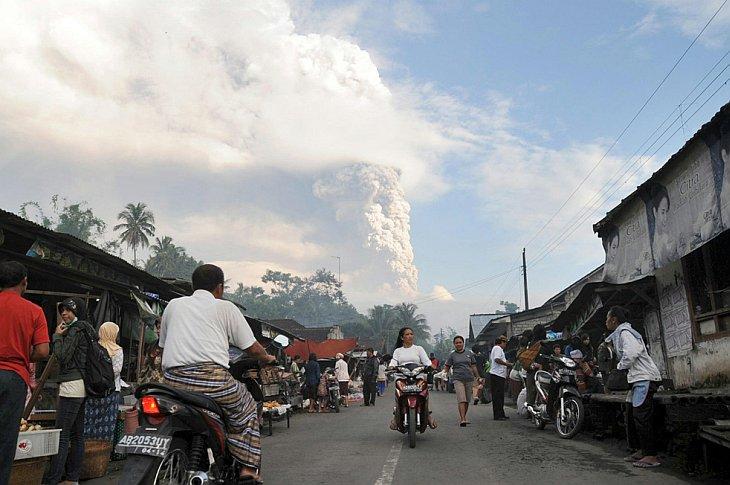 Облако пепла поднимается из вулкана Мерапи, Klaten, центральная Ява