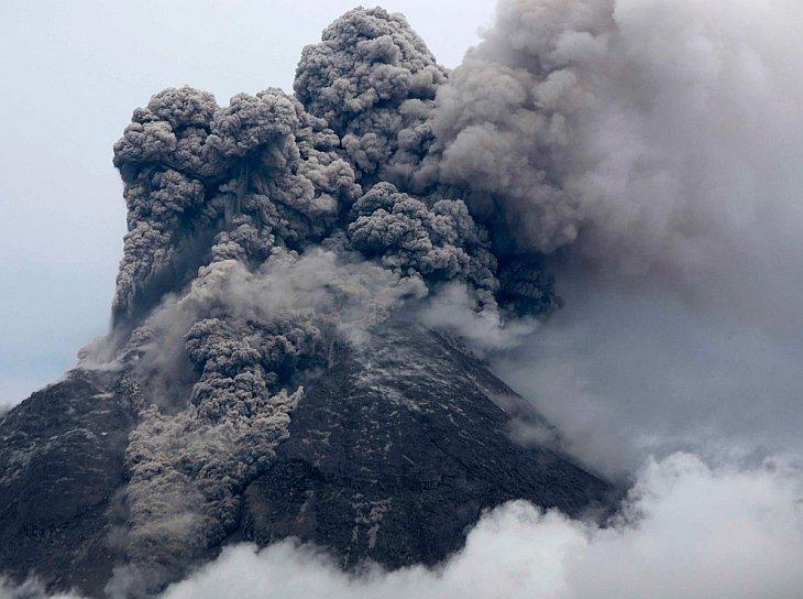 Вулкан Мерапи извергает вулканический материал