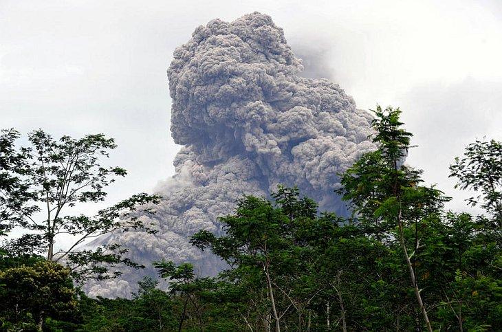 Вулкан Мерапи выбрасывает облака пепла