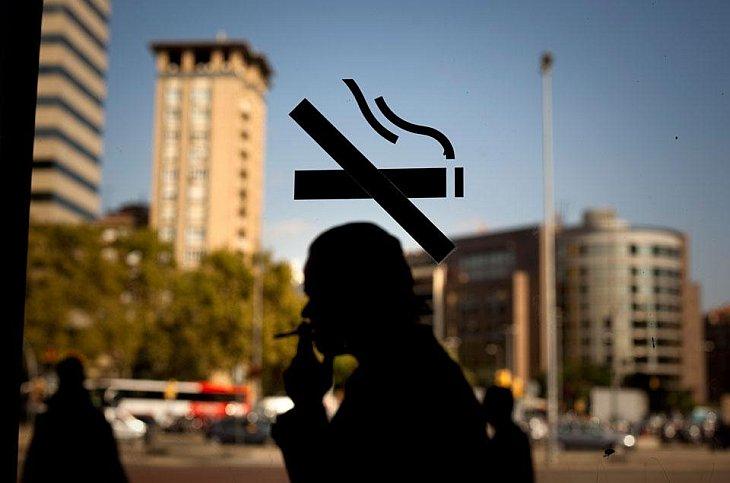 Курильщик на железнодорожной станции в Барселоне