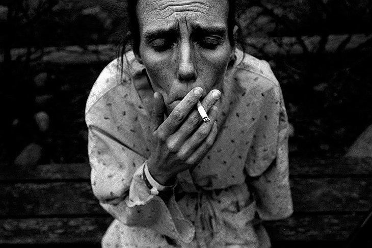 Женщина, беременная шестым ребенком, тайком курит в больнице города Анкоридж