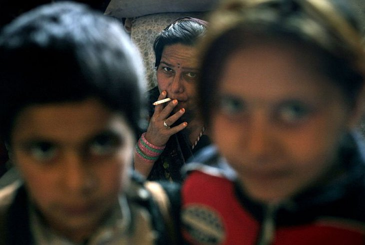 Ширингул, отбывающая 20-летнее заключение, курит в своей камере рядом со своими детьми