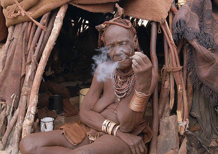 Пожилая женщина из африканского племени химбу