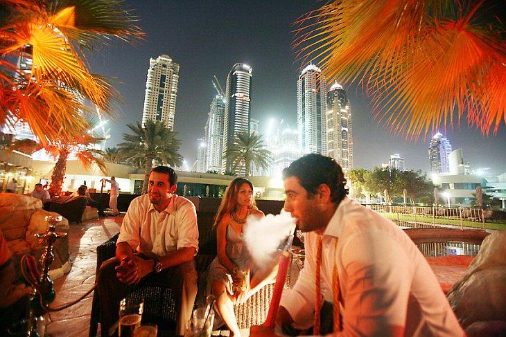 Посетители дорогого бара в Дубае