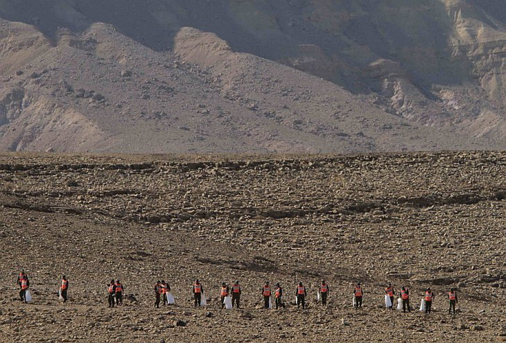 Израильские солдаты ищут тела двух членов экипажа