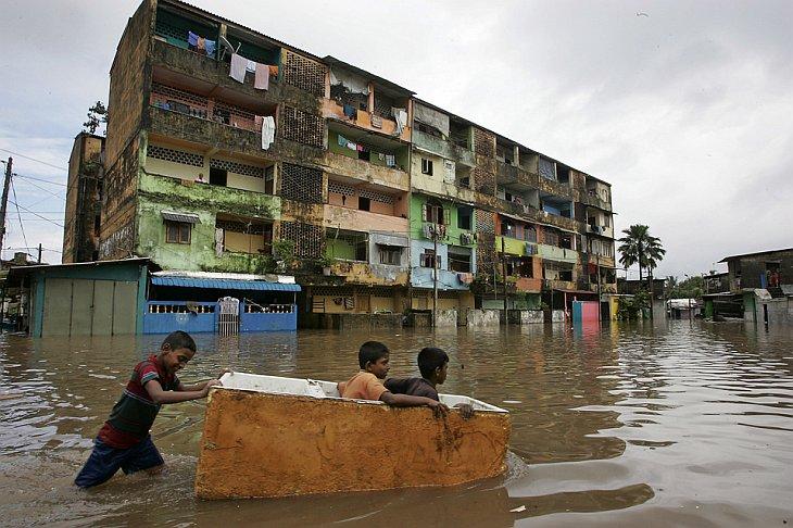 Дети пытаются перейти дорогу в Коломбо, Шри-Ланка