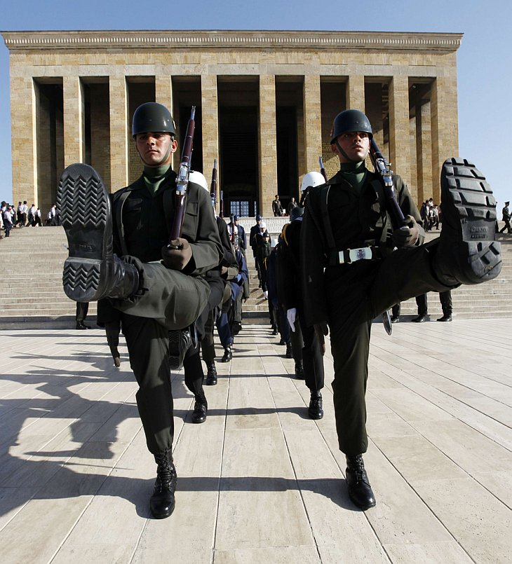 Солдаты маршируют у мавзолея Мустафы Кемаля Ататюрка