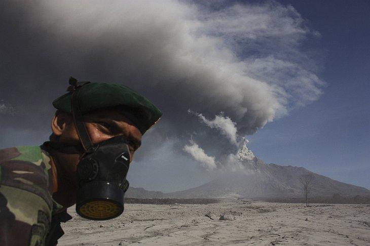Индонезийский солдат ищет жертв извержения вулкана Мерапи