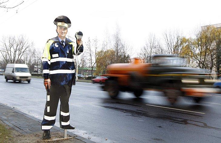 Картонный офицер полиции с поддельным радаром