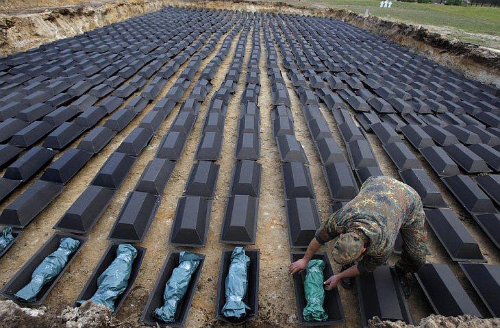 Человек подготавливает останки сотен немецких солдат, которые погибли во время Второй мировой войны