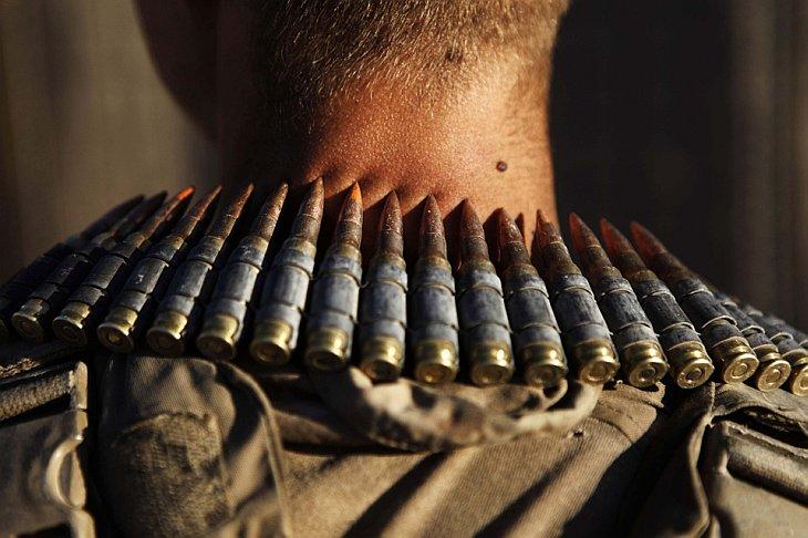 Патронташ на шее солдата морской пехоты США