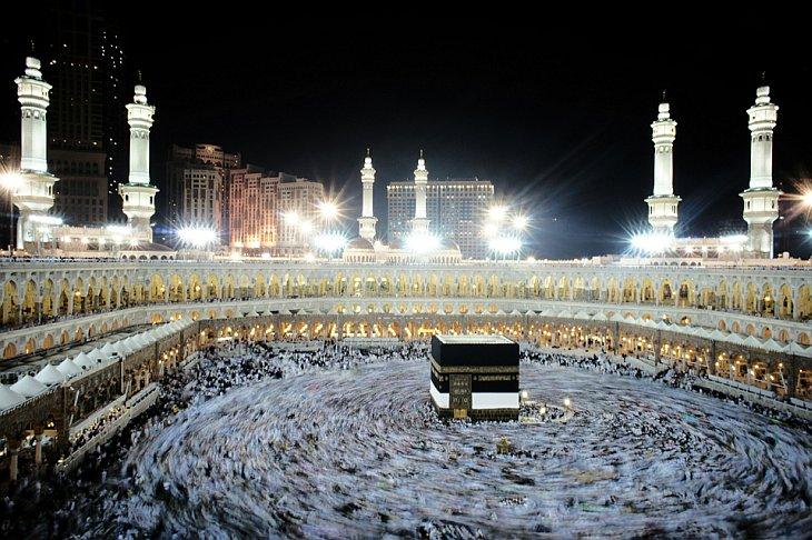 Мусульманские паломники ходят вокруг священной Каабы