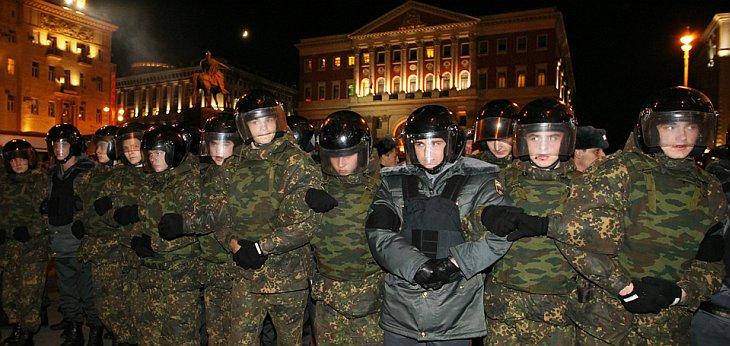 Русский спецназ заблокировал площадь перед мэрией Москвы во время «Дня гнева»