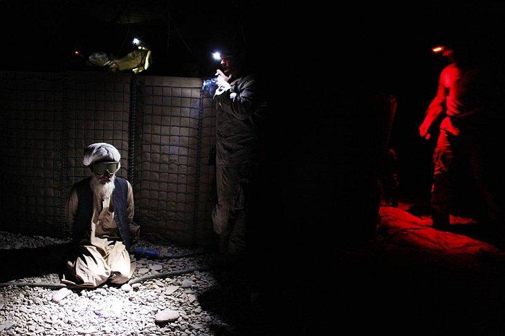 Афганец задержан американскими морскими пехотинцами после боя против талибов