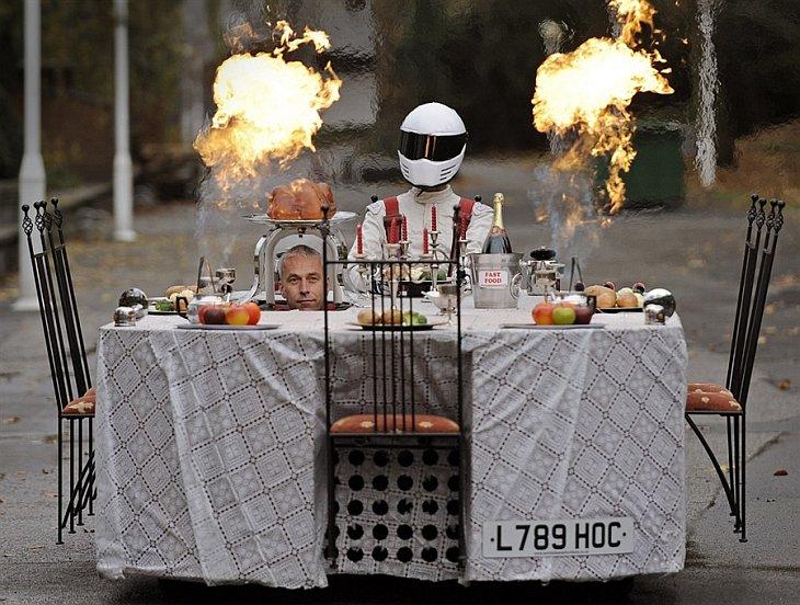 Британец Перри Уоткинс едет на своей машине в виде ресторанного столика