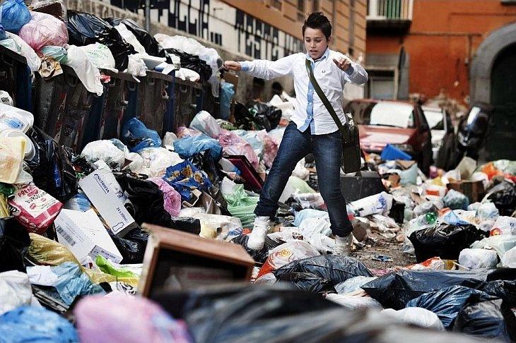 На улицах Неаполя с каждым часом увеличиваются мусорные завалы