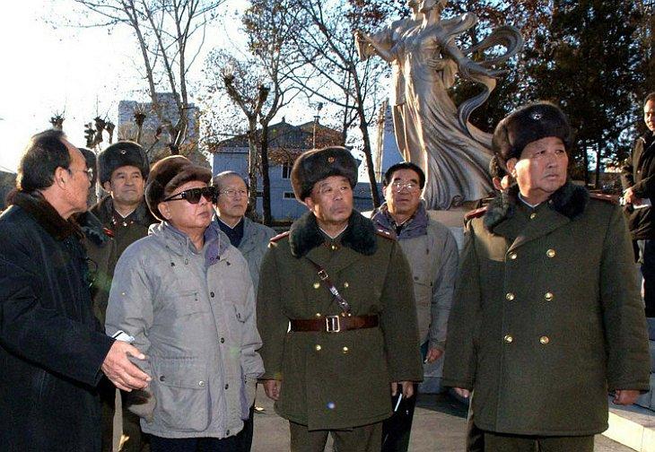 Руководитель Северной Кореи КНДР Ким Чен Ир встречается с военными
