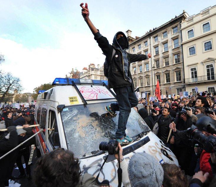 Тысячи студентов устроили в центре Лондона демонстрацию протеста против планов повышения платы за обучение.