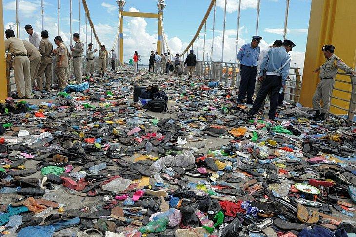 Почти 350 человек, многие из них женщины, погибли в давке на мосту на фестивале воды в Пномпене