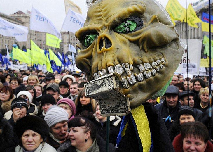 Митингующие на Площади Независимости в Киеве протестуют против предстоящей налоговой реформы