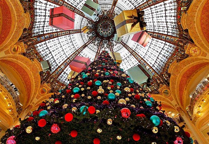26 ноября 2010 в самом известном и крупнейшем торговом центре Парижа Галерее Лафайет установили гигантскую елку