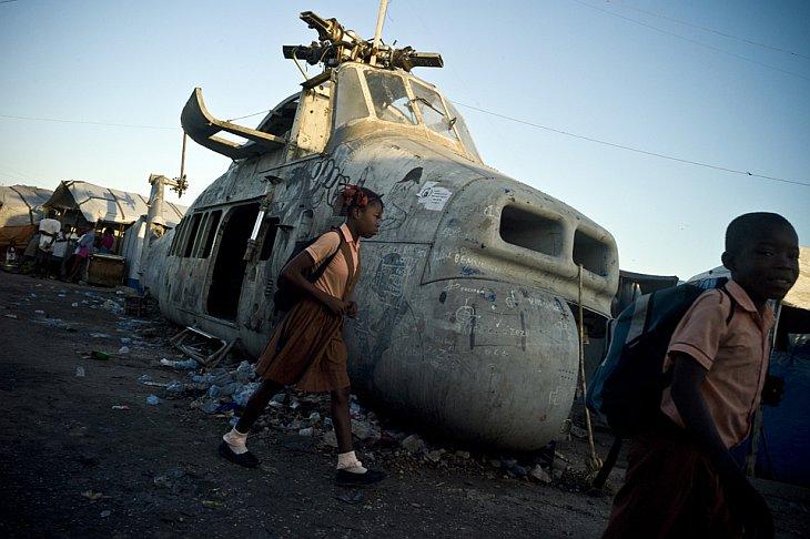 Военный вертолет в лагере беженцев в Порт-о-Пренс, Гаити