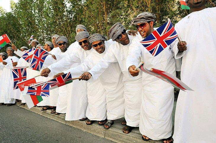 Люди ждут прибытия королевы Великобритании Елизаветы II в Объединенные Арабские Эмираты