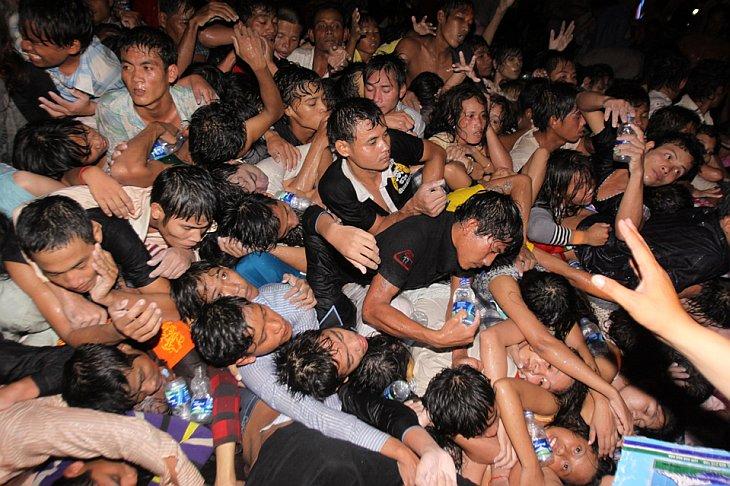 Тысячи камбоджийцев на мосту на фестивале воды в Пномпене, Камбоджа
