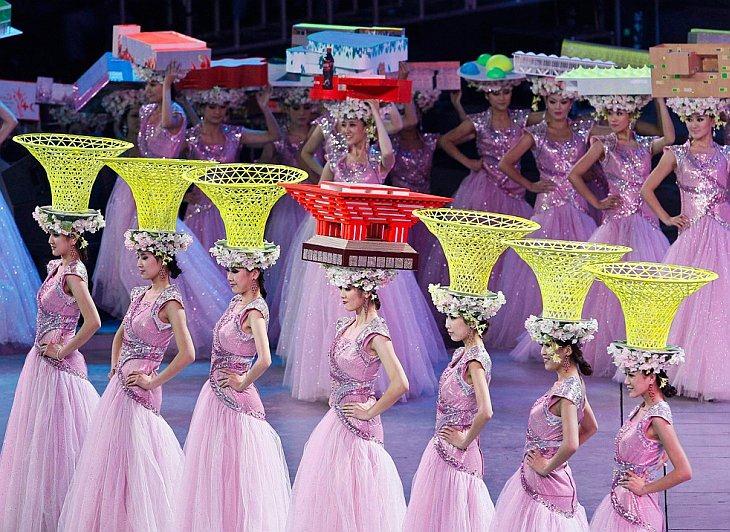 Девушки-модели со шляпами в виде китайского павильона.