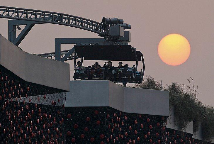 Посетители на «американских гороках» наверху швейцарского павильона, World Expo 2010