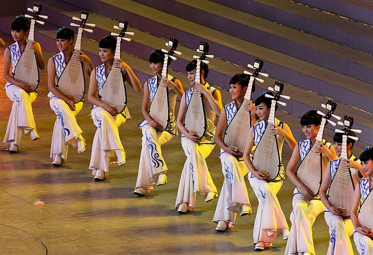 Китаянки играют на сцене на традиционных инструментах