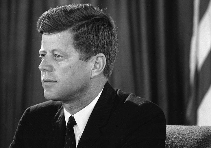 Президент Джон Ф. Кеннеди обращается к нации из Овального кабинета во время берлинского кризиса 25 июля 1961 года