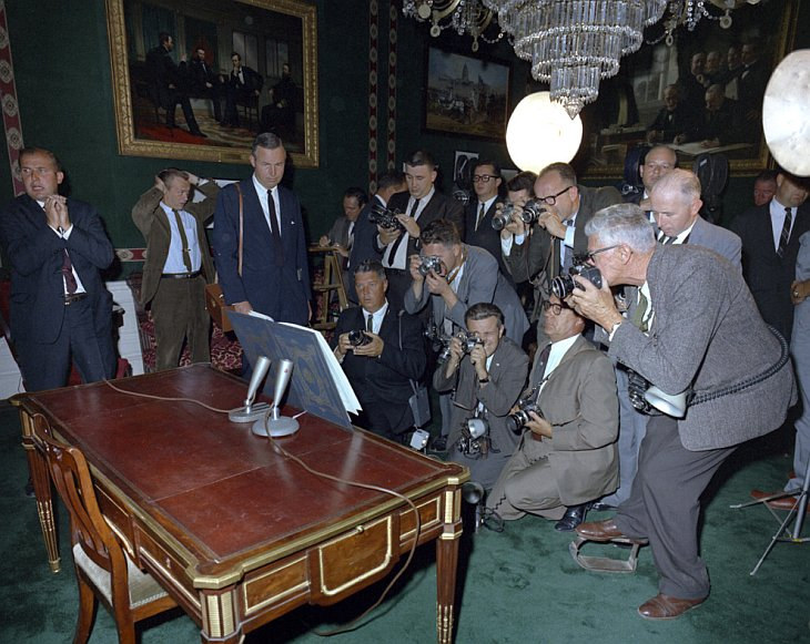 Большая группа фотографов, включая фотографов из Белого дома, собрались вокруг договора о запрещении ядерных испытаний