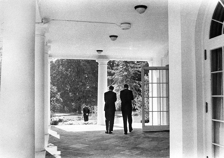 Президент Кеннеди и генеральный прокурор в Западном крыле Белого дома
