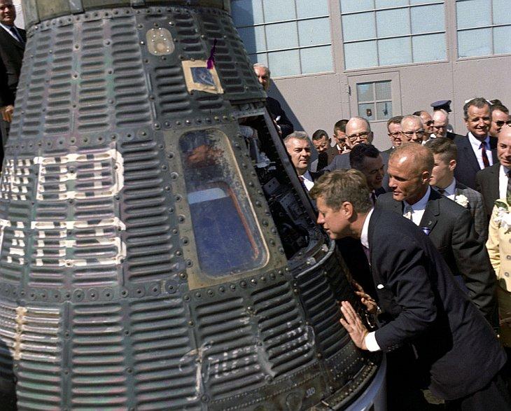 Президент Джон Ф. Кеннеди вглядывается в космическую капсулу