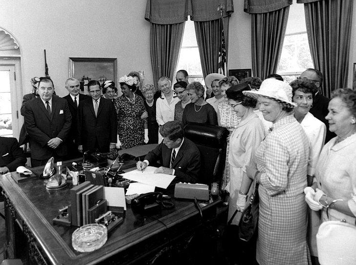 Президент Джон Ф. Кеннеди подписывает закон о равной оплате труда