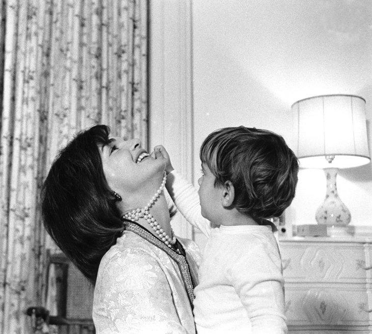 Миссис Кеннеди и Джон Ф. Кеннеди младший в конце 1962 года