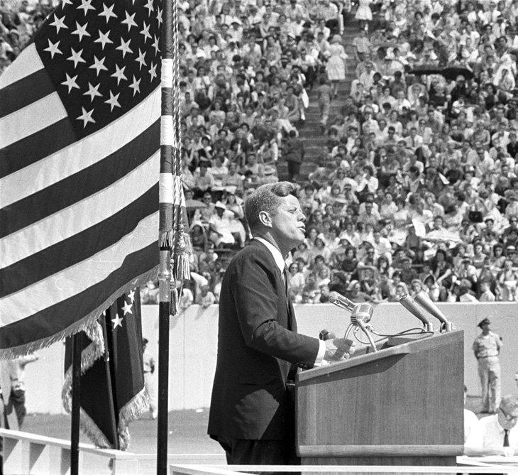 Президент Кеннеди выступает на университетском стадионе в Хьюстоне