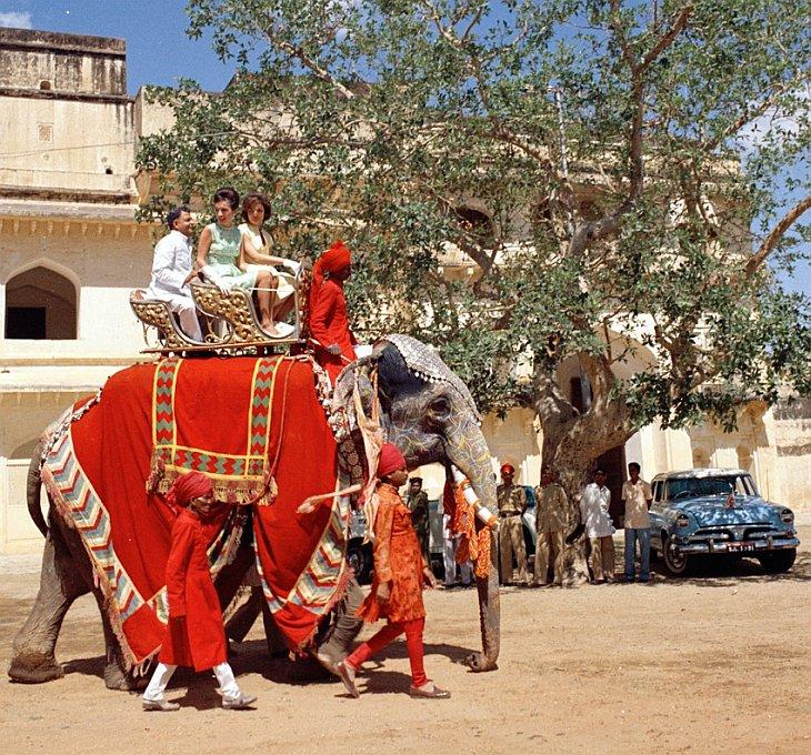 Первая леди Жаклин Кеннеди и ее сестра принцесса Ли Радзивилл ездут на слоне