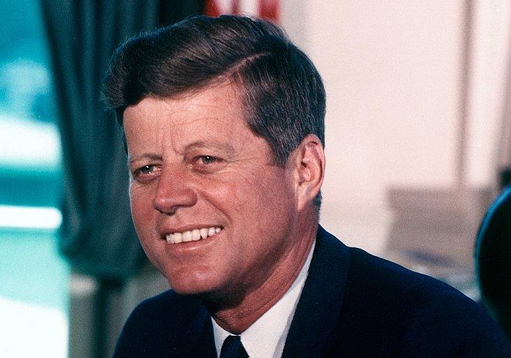 Президент Джон Ф. Кеннеди в Овальном кабинете Белого дома