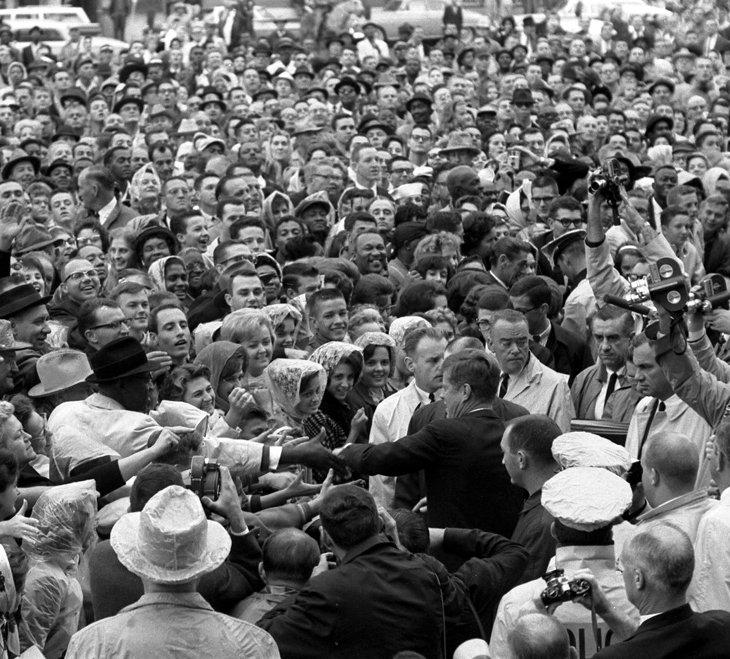 Президент Кеннеди обращается к толпе