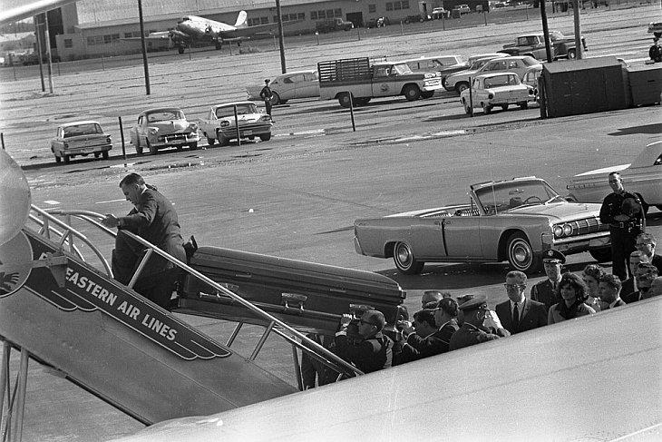 Гроб президента Кеннеди заносят в самолет воздушных сил США в Далласе