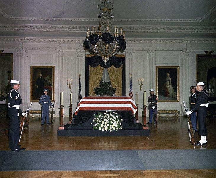 Тело президента Джона Ф. Кеннеди находится в гробу в Восточном зале Белого дома