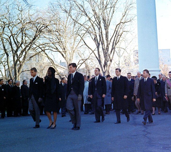 Члены семьи и другие на похоронной процессии президента Джона Ф. Кеннеди в Вашингтоне 25 ноября 1963 года