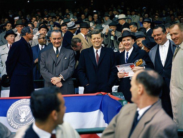 Вице-президент Линдон Джонсон, президент Джон Ф. Кеннеди и специальный помощника президента Дэйв Пауэерс на открытии баскетбольного сезона 1961 года