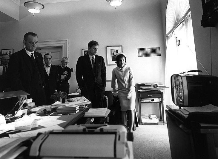 Вице-президент Джонсон, Артур Шлезингер, адмирал Арлей Берк, президент Кеннеди и миссис Кеннеди