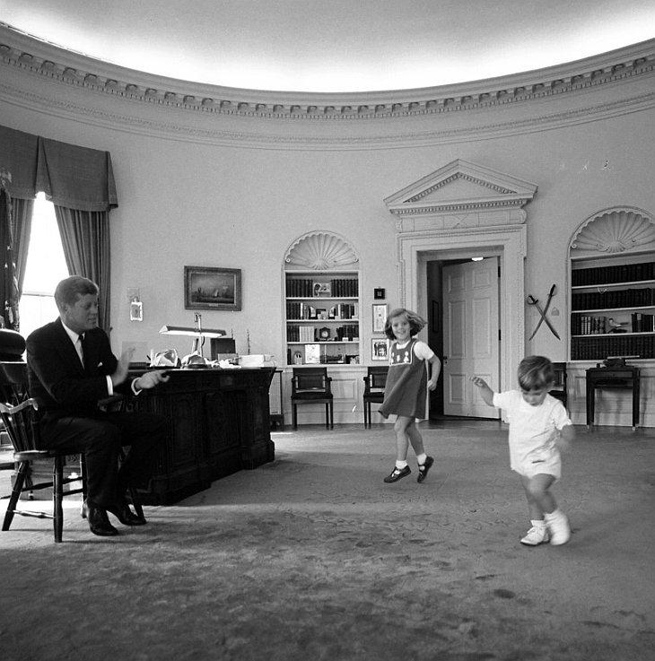 Президент Кеннеди со своими детьми Каролиной и Джоном младшим
