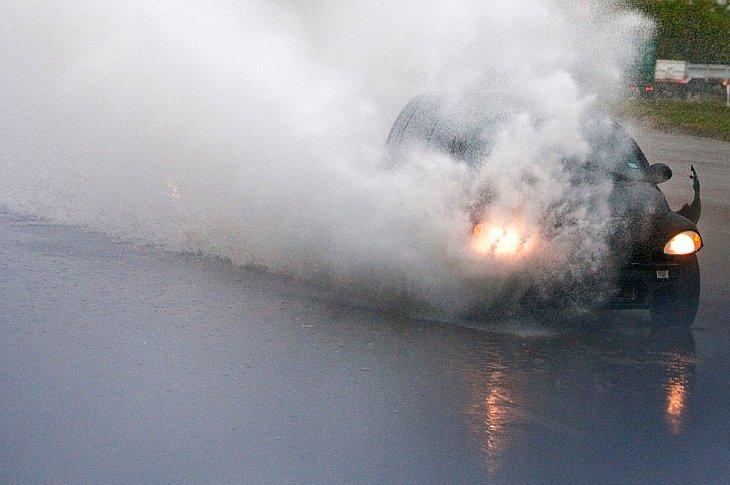 PT Cruiser оторвался бампер, пока он ехал по наводненному Далласу