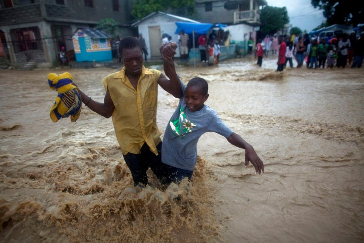 Затопленная улица после урагана «Томас» на Гаити