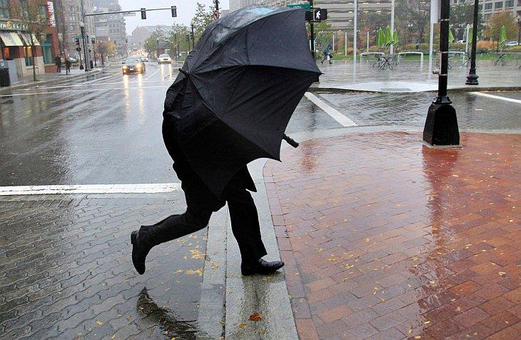 Дождь и ветер в финансовом районе Бостона в четверг